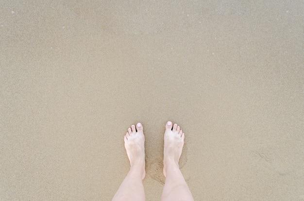 Hermosos pies descalzos en la playa