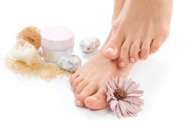 Hermosos pies femeninos en el salón de spa