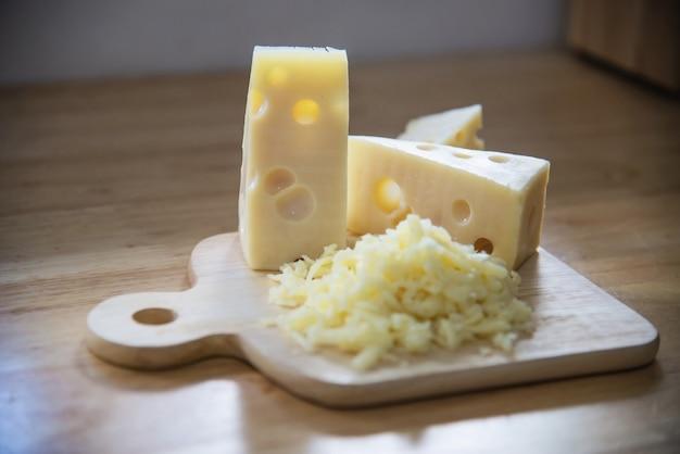 Hermosos quesos en la cocina - concepto de preparación de comida de queso