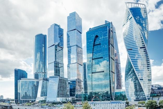 Hermosos rascacielos de cristal de moscú