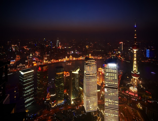 Hermosos rascacielos, vista nocturna del edificio de la ciudad de pudong, shanghai, china.