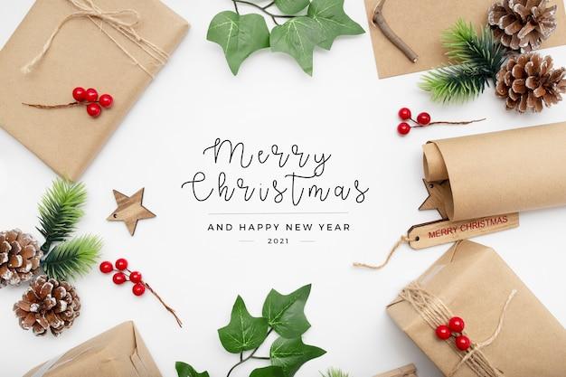 Hermosos regalos de navidad y elementos en el escritorio
