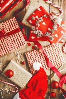Hermosos regalos navideños en mesa de madera.