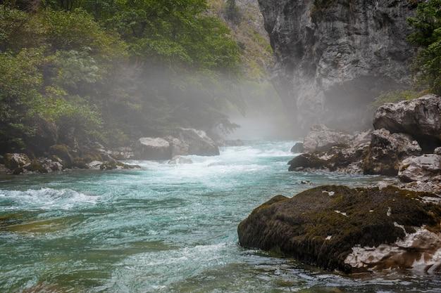 Hermosos ríos de montaña de color azul brillante en las montañas de abjasia en un día soleado de verano