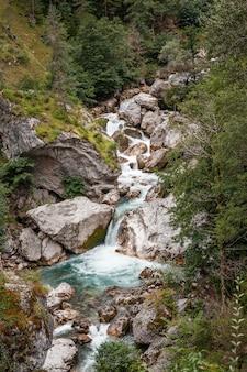 Hermosos ríos de montaña de color azul brillante en las montañas de abjasia