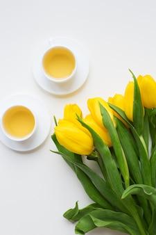 Hermosos tulipanes amarillos