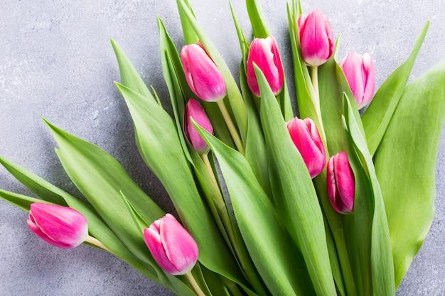 Hermosos tulipanes rosados amarillos