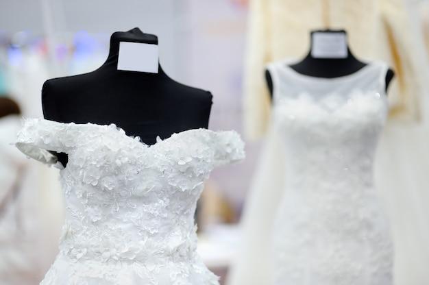 Hermosos vestidos de novia en un maniquí. compras de boda