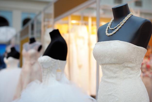 Hermosos vestidos de novia en un maniquí