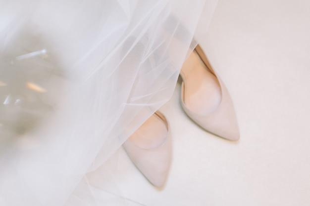 Hermosos zapatos de boda de la novia.