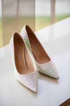 Hermosos zapatos brillantes para la novia el día de la boda.