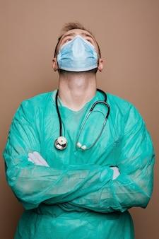 Héroe médico luchando contra el coronavirus