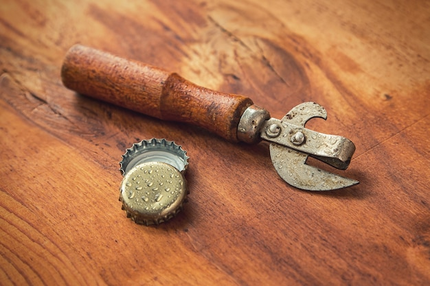 Herramienta de apertura antigua y tapas de cerveza