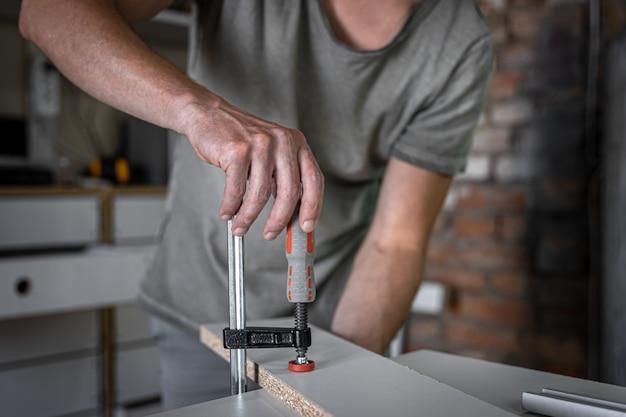 Herramienta de carpintería, abrazadera de carpintería, construcción o concepto de carpintería.