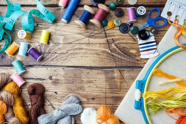 Herramienta de costura para costura, hilos de colores centímetro y botones con unas tijeras.