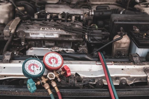 Herramienta de equipo de medición de primer plano para el llenado de aires acondicionados de automóviles.