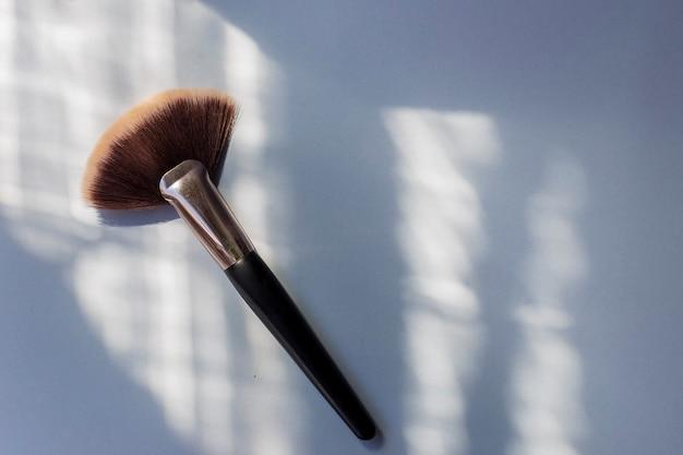 La herramienta de un maquillador profesional para aplicar sombra de ojos y resaltador.
