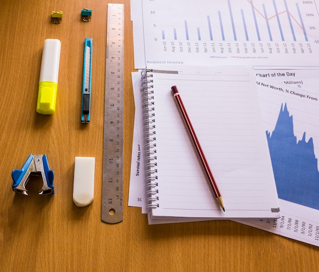 Herramienta de oficina en el área de trabajo, trabajo en un análisis de gráfico de tabla