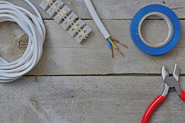 Herramienta para reparar electricistas en mesa de madera. vista superior.