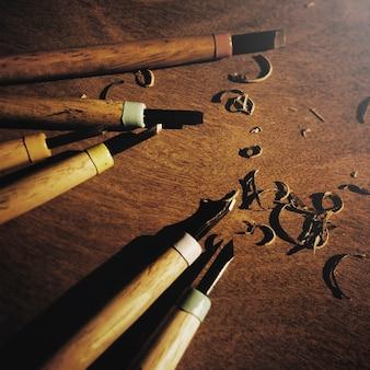 La herramienta talla el madera wooden timber carpentry chisel concept