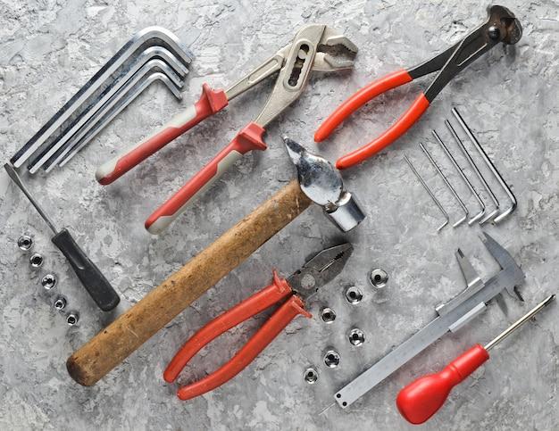 Herramienta de trabajo: pinzas, alicates, llave ajustable, llaves hexagonales, destornillador. vista superior, endecha plana