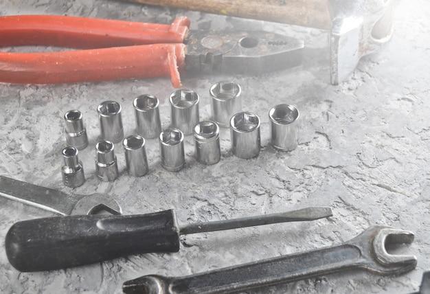 Herramienta de trabajo sobre hormigón gris.