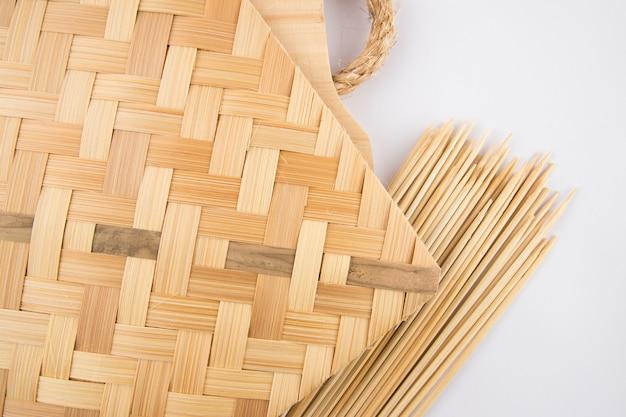La herramienta tradicional para hacer carne satay está hecha de madera y bambú tejido