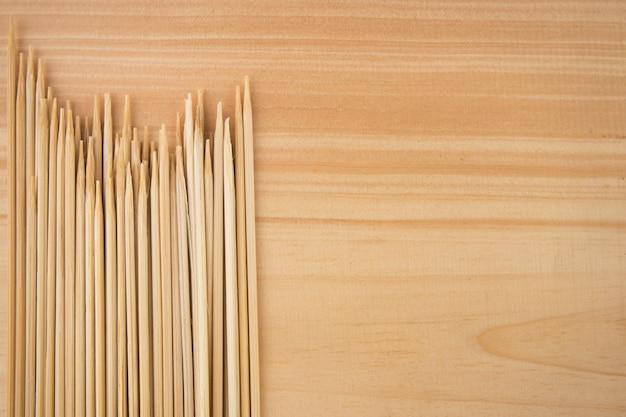 La herramienta tradicional para hacer carne satay está hecha de madera y bambú