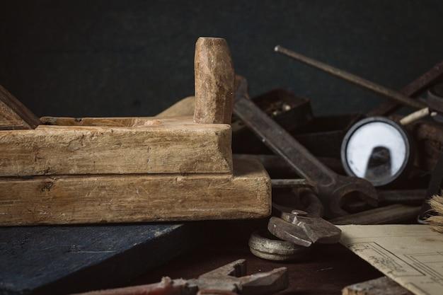 Herramienta vieja de la vendimia en la vieja mesa de madera. taller de conceptos. dia del padre