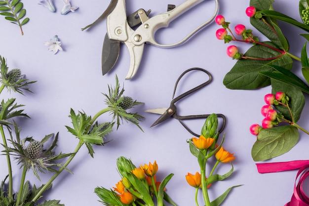 Herramientas y accesorios que los floristas necesitan para hacer un ramo