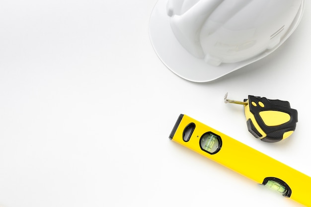 Herramientas amarillas y sombrero de construcción con espacio de copia