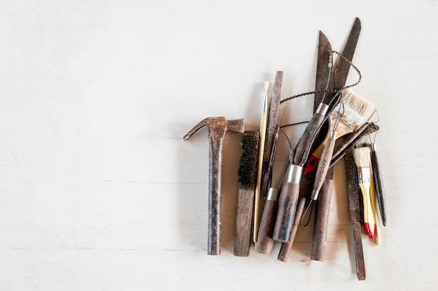 Herramientas del arte y del arte en un fondo blanco.