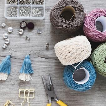 Herramientas de artesanía de primer plano en la mesa