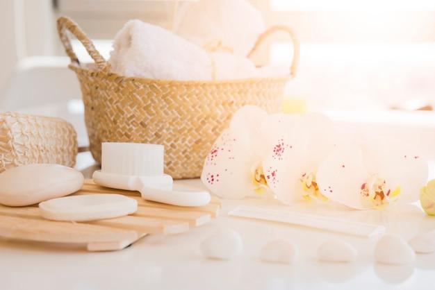 Herramientas de baño en escritorio blanco