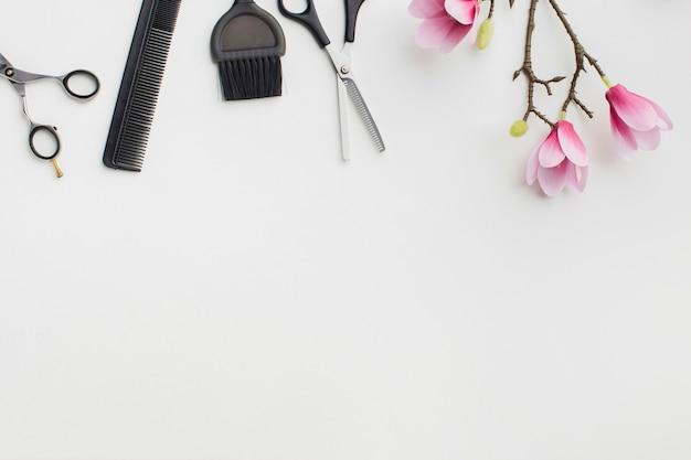 Herramientas para el cabello y flores copia espacio