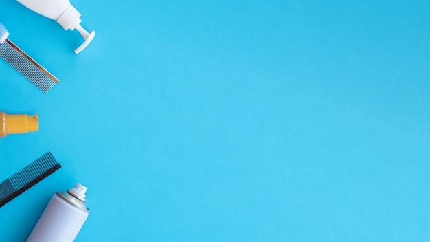 Herramientas clásicas de aseo y peluquería sobre un fondo azul.