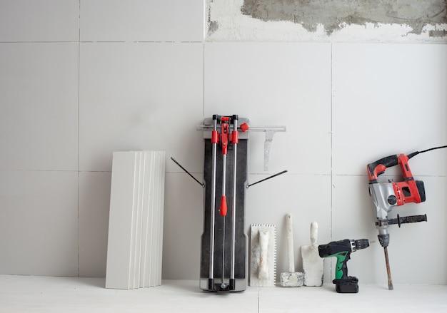 Herramientas de construcción como cortador de azulejos. martillo eléctrico.