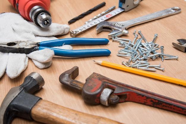 Herramientas de construcción en escritorio de madera.