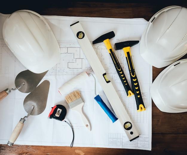 Las herramientas de construcción están sobre la mesa.