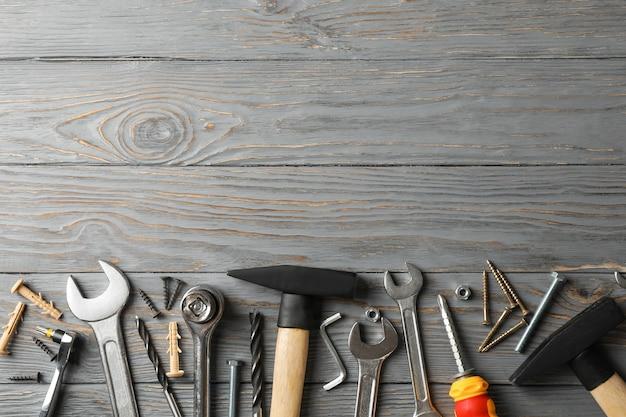 Herramientas de construcción en la mesa, espacio para texto
