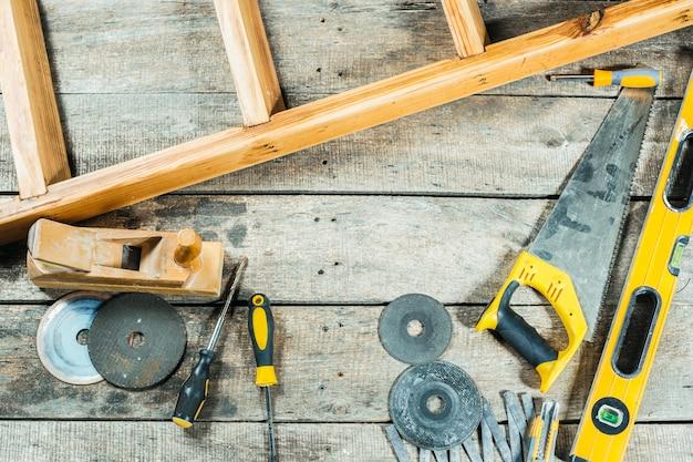 Herramientas de construcción para reparar sobre fondo de madera vieja