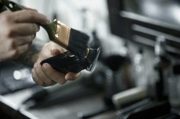 Herramientas para cortar la vista superior de la barbería de barba. herramientas vintage de peluquería sobre fondo de madera