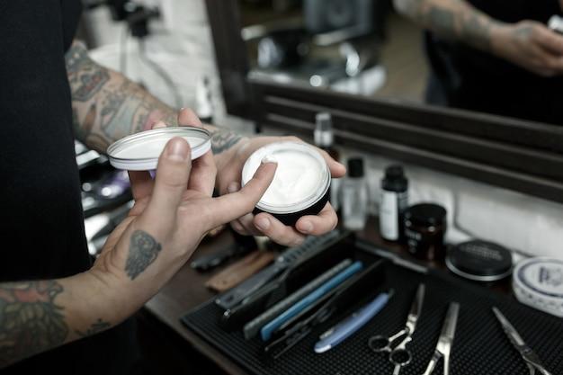 Herramientas para cortar la vista superior de la barbería de barba. herramientas vintage de peluquería