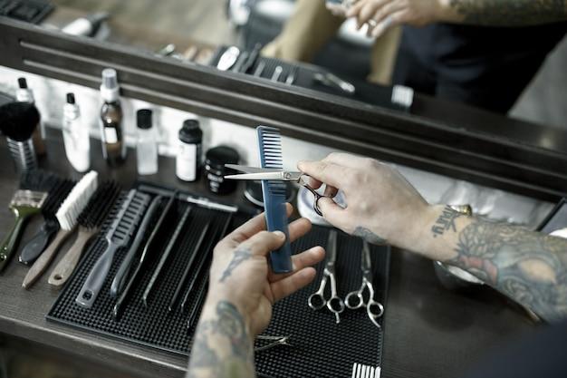 Herramientas para cortar la vista superior de la barbería de barba. vintage herramientas de peluquería sobre fondo de madera