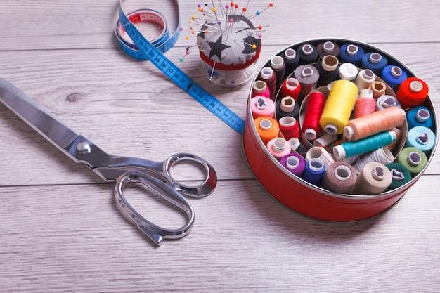 Herramientas para coser. accesorios de costura sobre fondo de madera.