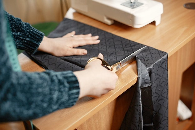 Herramientas para coser ropa. mujer y gafas. costurera con un centímetro para ropa.