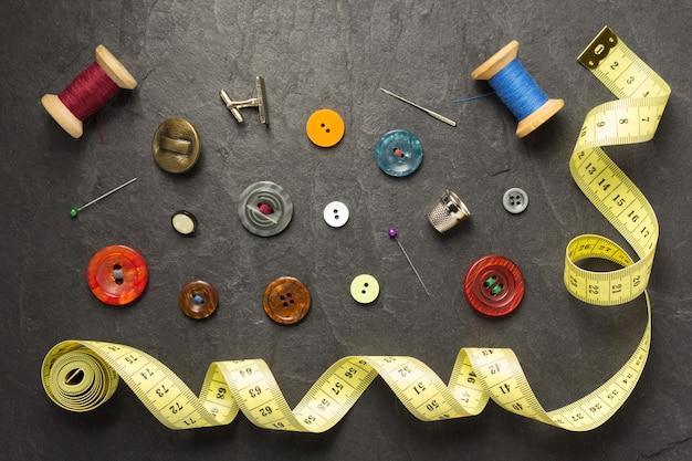 Herramientas de costura y accesorios en piedra pizarra.
