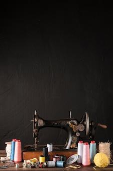 Herramientas de costura cerca de la máquina