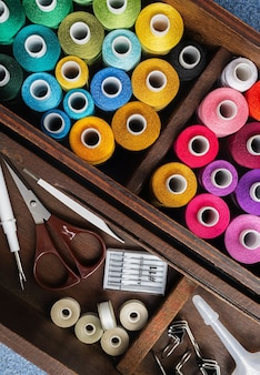 Herramientas de costura de imagen de vista superior en caja de madera