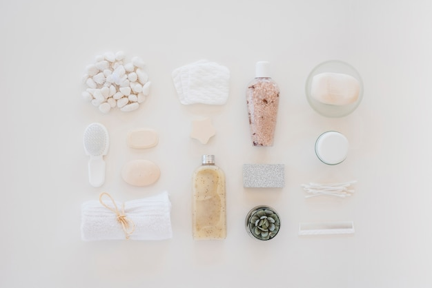 Herramientas para el cuidado de la piel en mesa blanca